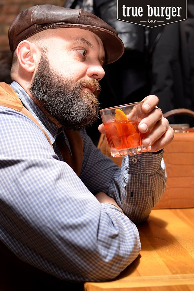 Один із засновників True Burger Bar Олександр Мусатов, його чудова борода і їхній чудовий коктейль